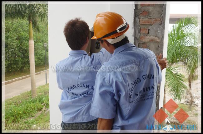 Đội thi công điện nước - công ty Không Gian Mở đang thi công tại công trình biệt thự Đại Lải cao cấp Flamingo
